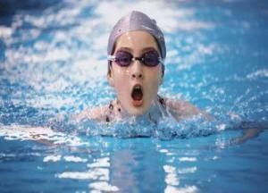 Що робити і як прибрати воду з вуха після купання